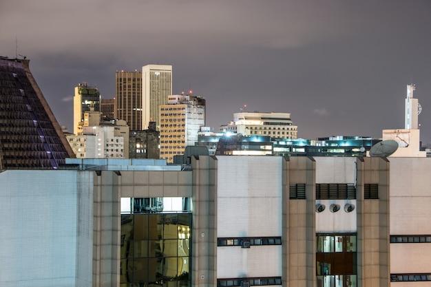 Vista notturna dalla cima di un edificio nel centro di rio de janeiro in brasile.