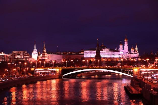 Vista notturna del cremlino dal fiume moscova a mosca