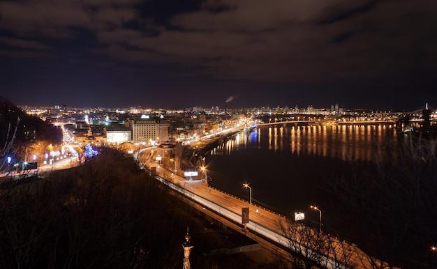 Vista notturna di kiev da un belvedere
