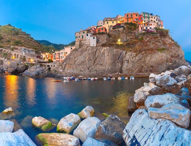 Vista notturna del villaggio di pescatori di manarola, vista sul mare in cinque terre, parco nazionale delle cinque terre, liguria, italia.