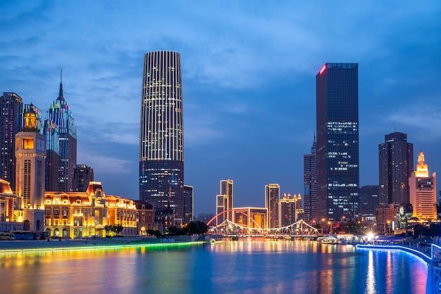 Vista di notte di paesaggio architettonico moderno nella città cina di tientsin