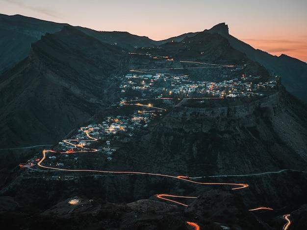 Vista notturna di un paesino di montagna. autentico villaggio di montagna del daghestan di gunib. russia.