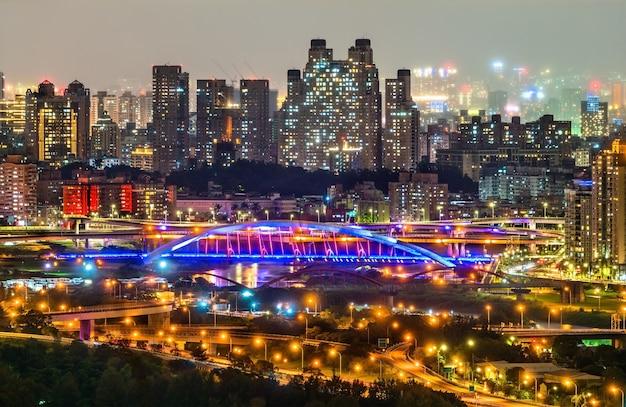 Vista notturna di new taipei city al distretto di xindian, taiwan