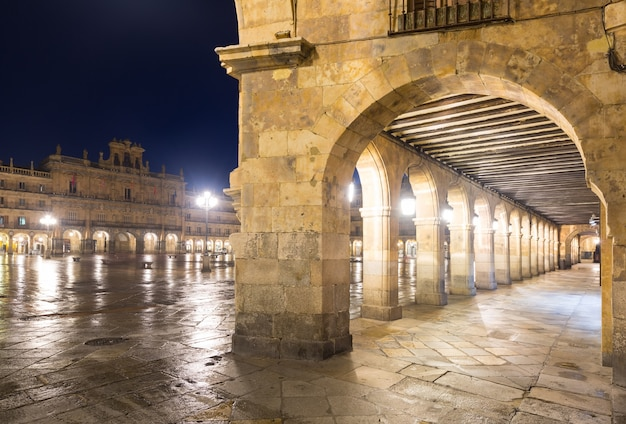 Vista notturna di plaza mayor. salamanca