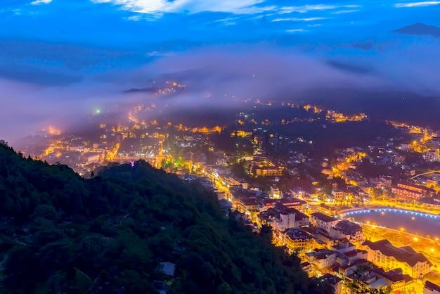 Vista notturna della città di sapa, vietnam