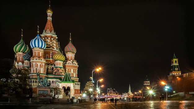 Vista notturna sulla cattedrale di san basilio, piazza rossa, mosca, russia