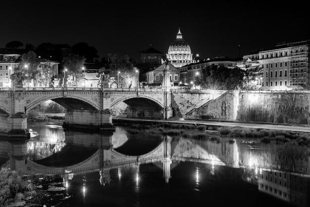 Vista notturna alla cattedrale di san pietro a roma, italia