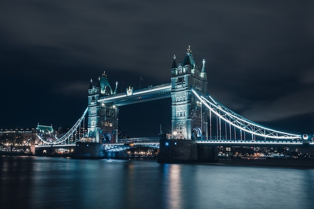 Vista notturna del tower bridge e il fiume tamigi, londra, londra, regno unito