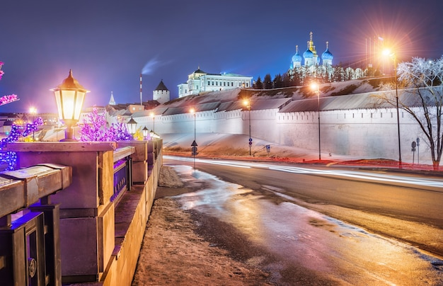 Notte alle mura del cremlino di kazan da baturin street e una serie di lampioni