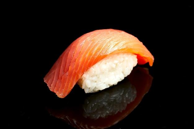 Nigiri sushi con salmone su sfondo nero