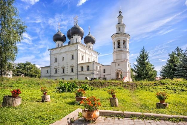 Chiesa nikolskaya e fiori a vologda in una giornata di sole estivo