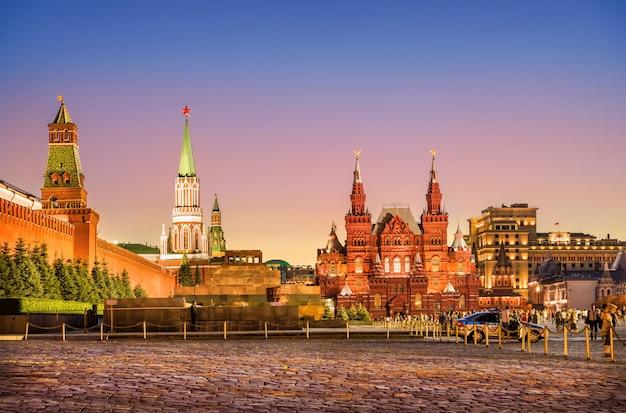 Torre nikolskaya, il mausoleo e il museo storico sulla piazza rossa di mosca