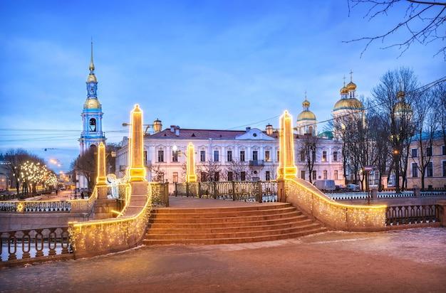 Cattedrale navale di nikolsky con un campanile a san pietroburgo