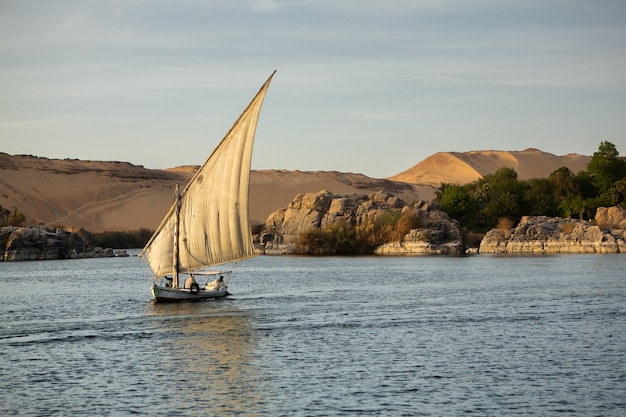 Nilo il fiume più lungo dell'africa. fonte d'acqua primaria dell'egitto.