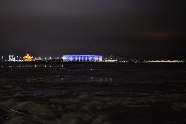 Nizhny novgorod si illumina di notte