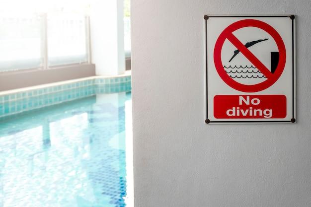 Nessun segno di immersione nell'avvertimento a bordo piscina sulla piscina offuscata