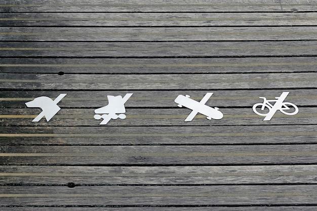 No cani no rollerblade no skateboard no bike segno sulla superficie in legno.