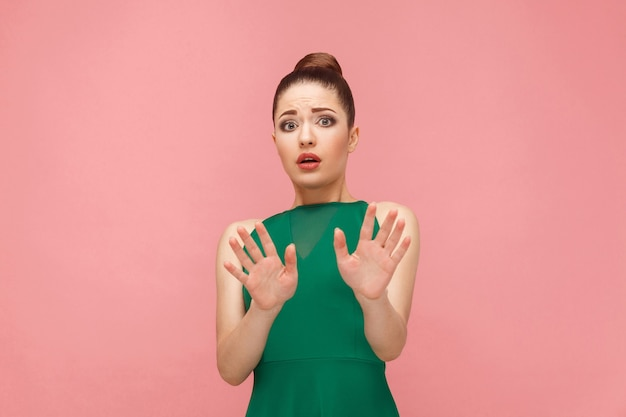 No! reazione di paura della bella donna. concetto di emozione e sentimenti di espressione. studio girato, isolato su sfondo rosa