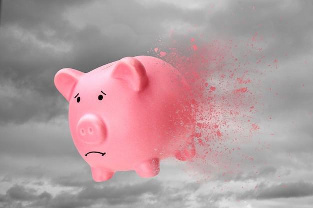 Nessun denaro o risparmio è scomparso. il salvadanaio si trasforma in sabbia contro il cielo.