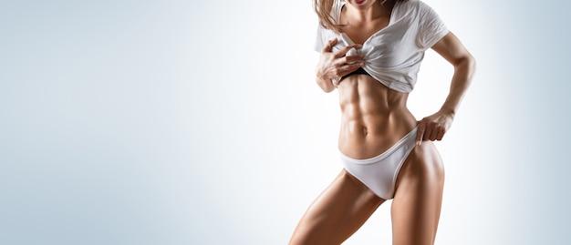 Nessun nome una ragazza sportiva con un bel corpo muscoloso.
