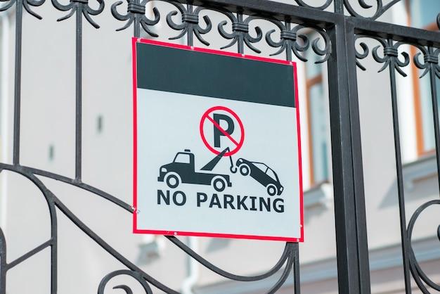 Nessun parcheggio e segnale di evacuazione installato su una recinzione battuta street urban