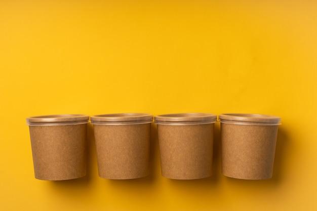 Nessun bicchiere di plastica per la consegna su sfondo giallo