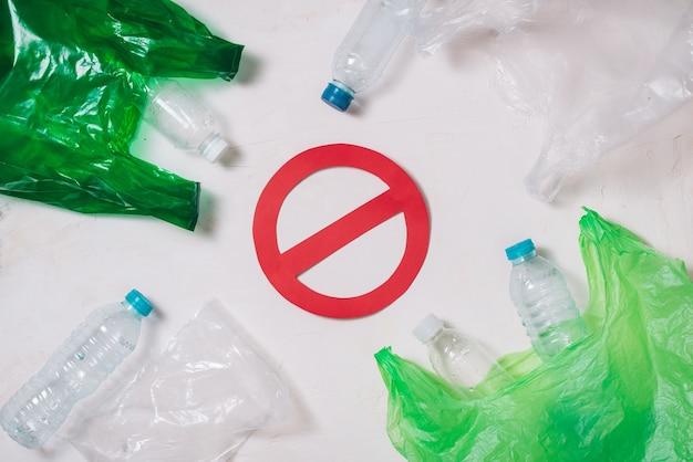 Nessun concetto di riciclo di plastica, pila di bottiglie di plastica da riciclare su sfondo bianco