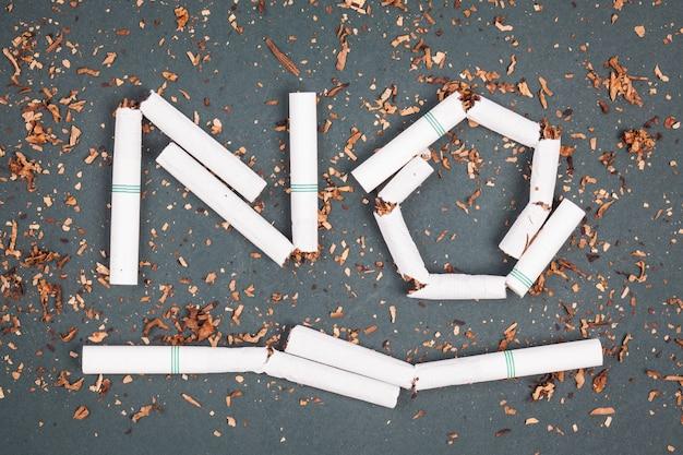 Nessun segno di fumo fatto con sigarette rotte e tabacco sulla lavagna.