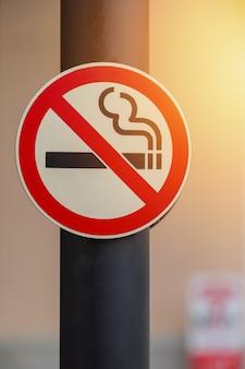 Segno non fumatori su sfondo di luogo pubblico