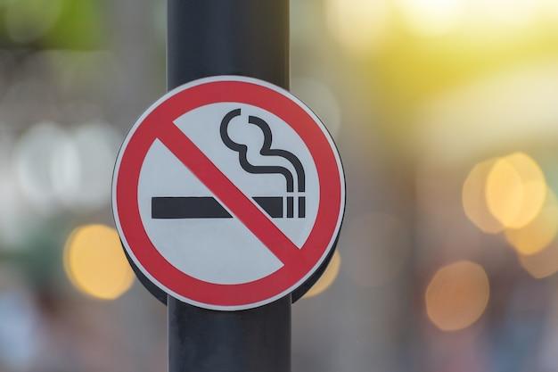 Segno non fumatori con sfondo verde