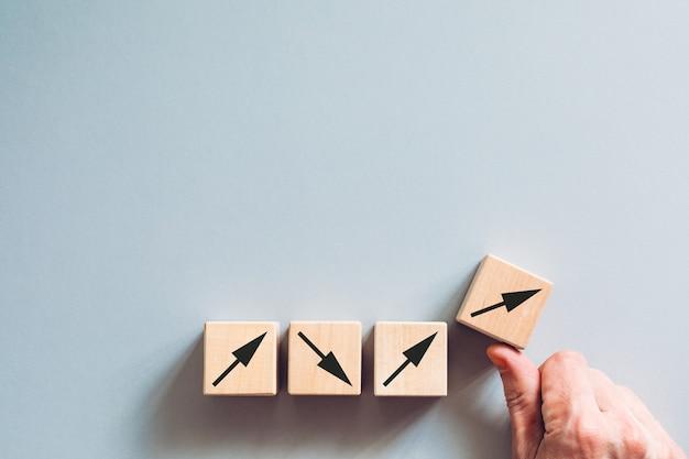 Non c'è tempo per andare traballante concetto di azione decisiva una mano forte che cambia la direzione del movimento verso la crescita del business