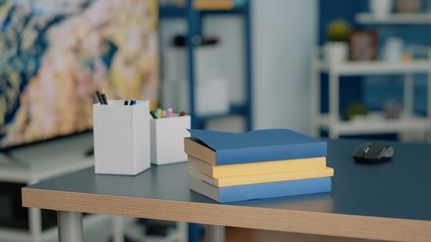 Nessuno alla scrivania di casa con materiale scolastico e libri