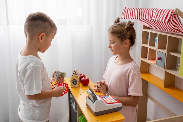 Bambini non binari che giocano insieme a casa