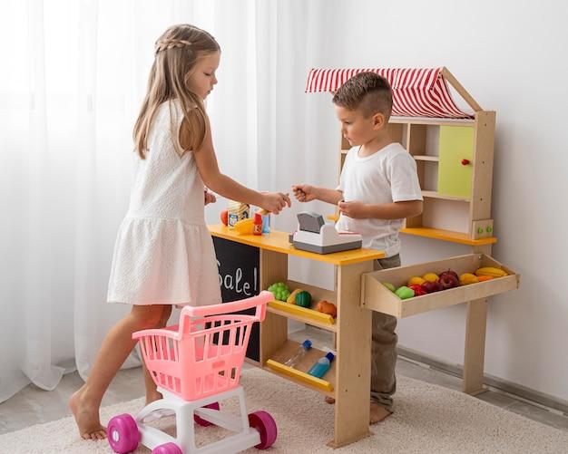 Bambini non binari che giocano