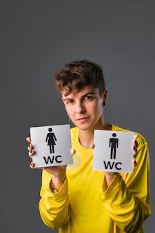 Concetto di maschiaccio transgender medio ispanico non binario per l'educazione al genere e alla sessualità
