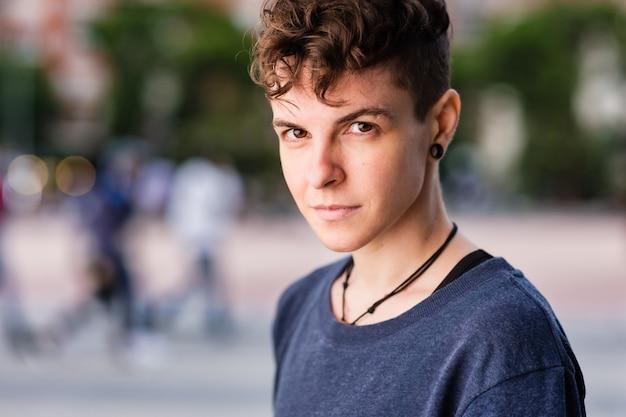 Non binario ispanico transgender metà maschiaccio androgino identità autentica per l'educazione di genere
