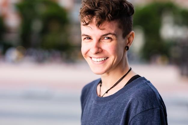 Non binario ispanico transgender metà maschiaccio androgino identità autentica per il genere e l'educazione sessuale