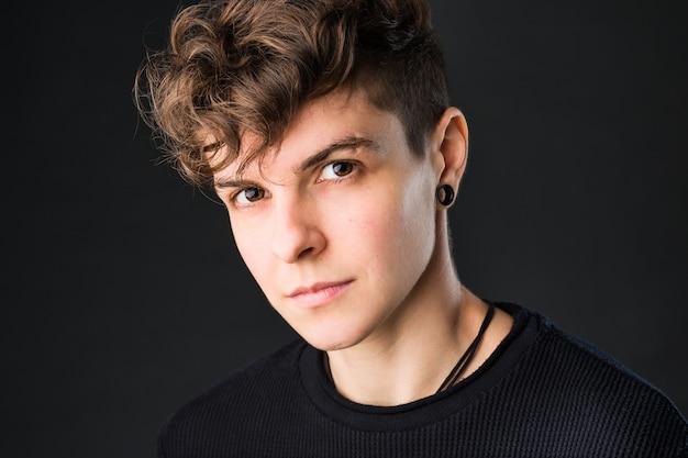 Colpo alla testa di affari transgender non binario da un maschiaccio androgino medio ispanico