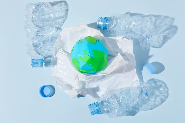 Disposizione di oggetti in plastica non ecologica