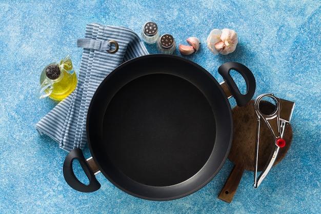 Padella antiaderente sul tavolo. cucinare cibo