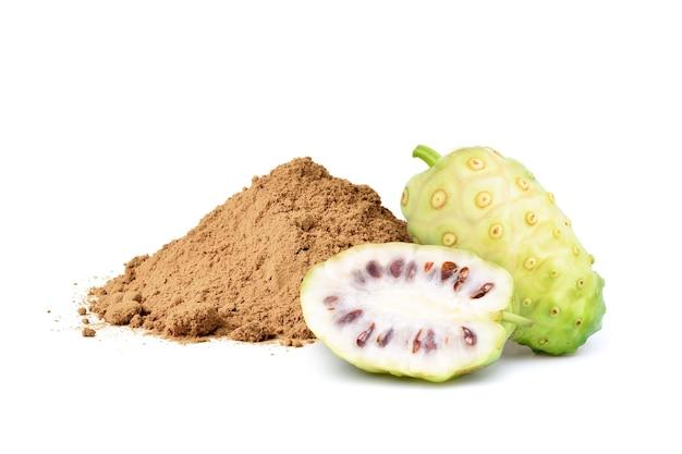 Noni o morinda citrifolia frutti con polvere isolati su sfondo bianco.