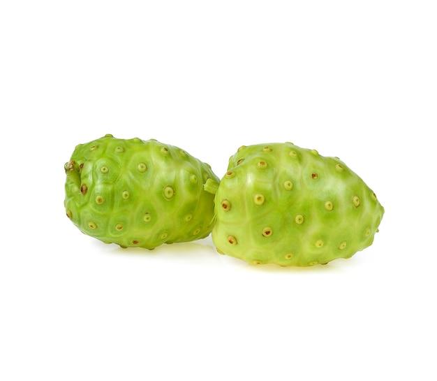 Noni o morinda citrifolia isolato su sfondo bianco.