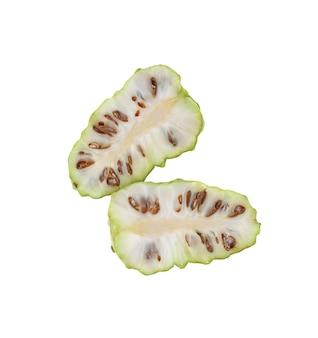 Noni o morinda citrifolia e fetta isolati su sfondo bianco.