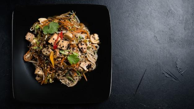 Ricetta piatto di pasta con tofu fritto e verdure. ingredienti alimentari del pasto e processo di cottura