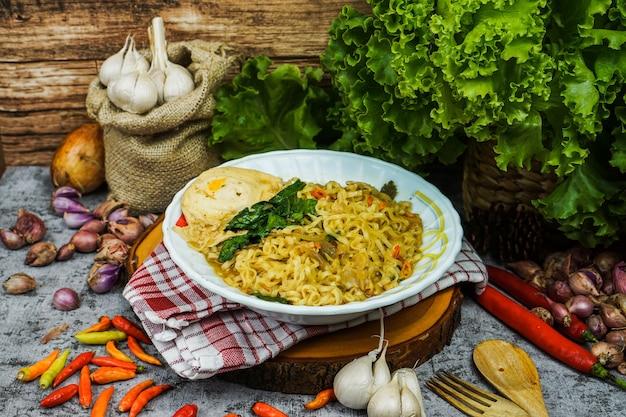 Le tagliatelle vengono solitamente cotte in acqua bollente, a volte con olio da cucina o sale aggiunto. sono anche spesso fritti in padella o fritti.