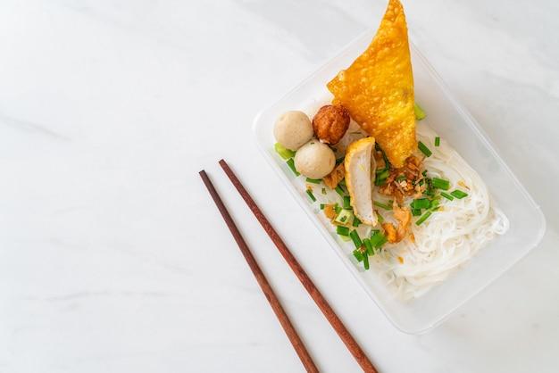Tagliolini con polpette di pesce e carne di maiale tritata