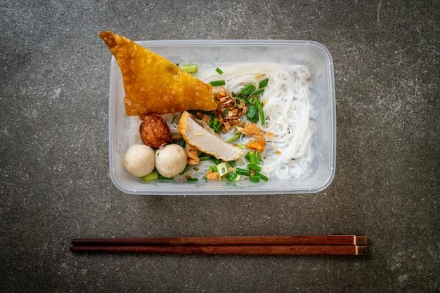 Tagliatelle con polpette di pesce e carne di maiale tritata
