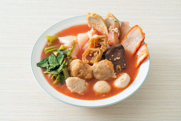 Noodles con polpette in zuppa rosa o yen ta four noodles in stile asiatico