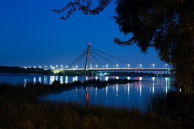 Ponte nord di mosca a kiev durante la notte
