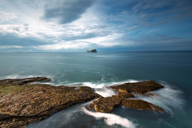 Il mare del nord al tramonto, bass rock, vista dall'alto. north berwick. scozia, east lothian. uk